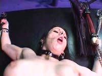 Парни жарят двух сексуальных модниц в большом кресле