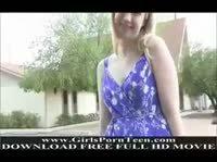 Симпатяга Эмили гуляет по улице без трусиков