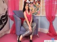 Прелестная цыпочка шалит в кресле с розовой пипочкой