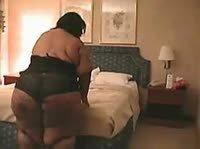Огромная дама пытается придушить любовника