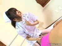 Молодая медсестра добывает сперму