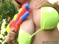 Симпатичная блондинка с большими дойками дрочит пупырчатыми вибраторами