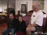Лысый дедуля с удовольствием посмотрел как жарят его молодую жену