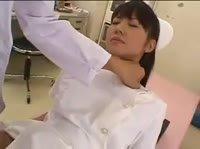 Доктор осматривает молодую медсестру