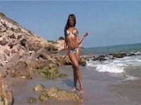 Голая негритянка на берегу моря