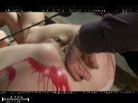 Жесткие пытки расплавленным воском