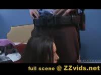 Полицейский карает сучку своей дубинкой