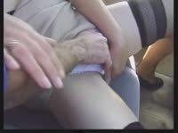 Очкастая старушка отдается на заднем сидении