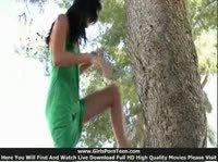 Брюнетка гуляет в парке и показывает прелести