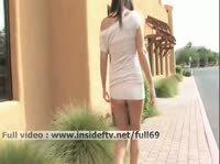 Николь гуляет по городу без белья и слегка шалит