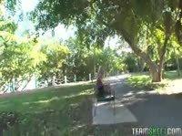 Извращенец встречает молодую пару в парке