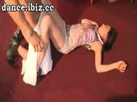 Стриптизер вывел на сцену понравившуюся девушку и дал в рот