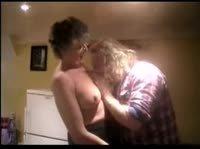 Зрелая пара трахается на кухне