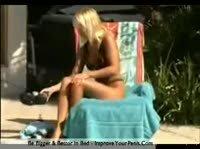 Блондинка разомлела под солнышком