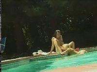 Сладкие девочки мастурбируют у воды
