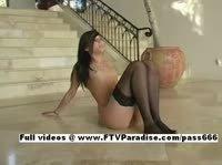 Гибкая девушка садиться на шпагат