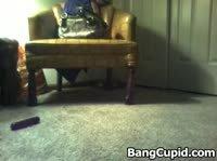 Молодая девушка сидя на полу вставила в дыры по вибратору