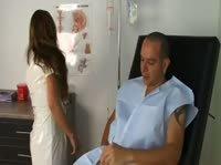 Счастливый парень выебал двух медсестер