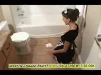 Молодая горничная в белых чулках трахается в ванной комнате с сыном хозяина