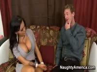 Властная сексуальная плутовка с большими сиськами охмурила худого мужика