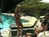 Отдыхая у бассейна блондинка захотела сперму в ротик