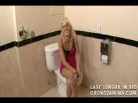 Блондинка с большой татуировкой на спине трахается в общественном сортире на полу