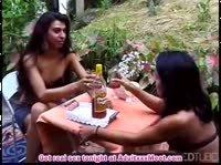 Лесбийская пара устроила сексуальный пикничок