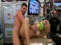 Мужик насилует красивую продавщицу перед своими друзьями