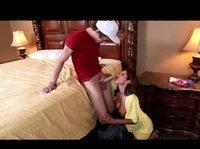 Загорелая тетка застукала сына за дрочкой и решила помочь