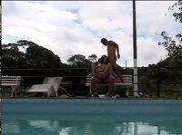 Отдалась двум парням у бассейна