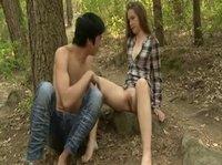 Гуляя по лесу молодая пара захотела немного отдохнуть и потрахаться