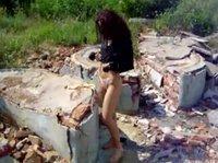 Голая телка бродит по развалинам