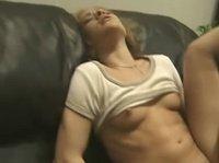 Разгоряченные девушки занимаются сексом на кожаном диване