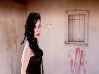 Сексуальная вампирша перед тем как укусить жертву занимается с ней любовью