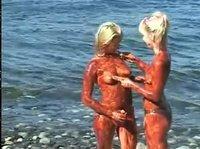 Девочки испачкались на пляже