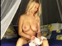 Молодая блондиночка развлекает свою киску