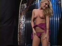 Молодая блондиночка позирует