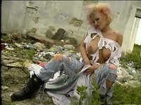 Развратная девица ласкает свою розу