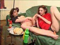 девочки развлекаются сосисками