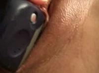 Вставила телефон в свою киску