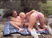 Сексуальная блондиночка соблазнила паренька