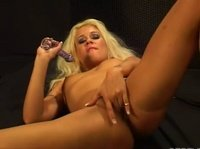 Блондинка и дилдо