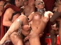 Лысая бабенка развлекается с большим количеством парней