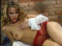 Красавица самозабвенно мастурбирует на камеру