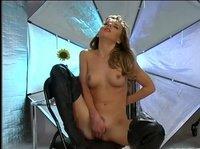 Юная блондинка ласкает свою киску перед камерой