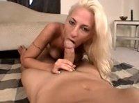 Блондиночка взяла в рот большой член своего парня