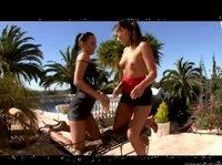 Девушкам захотелось секса прямо на пляже