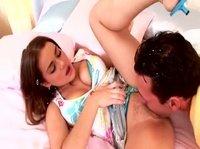 Красивый секс молодой парочки на кровати