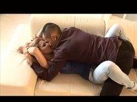 Молодая пара устроилась на диване и занялась сексом