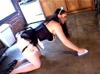 Пышная дамочка занимается уборкой на кухне